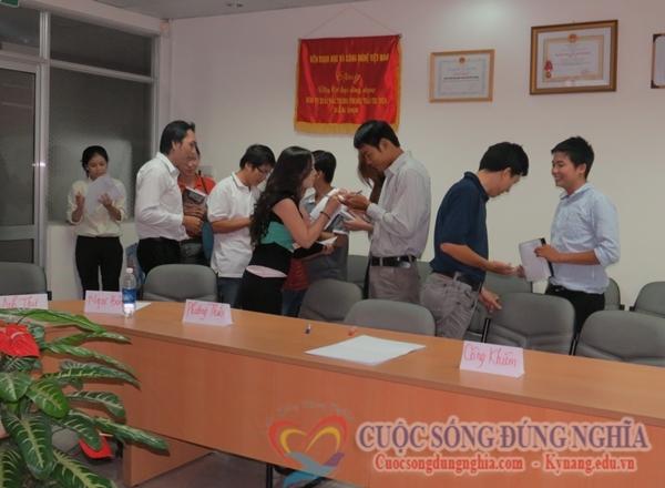 lam quen Đào Tạo Kỹ Năng Bán Hàng ngày 02 08 2013