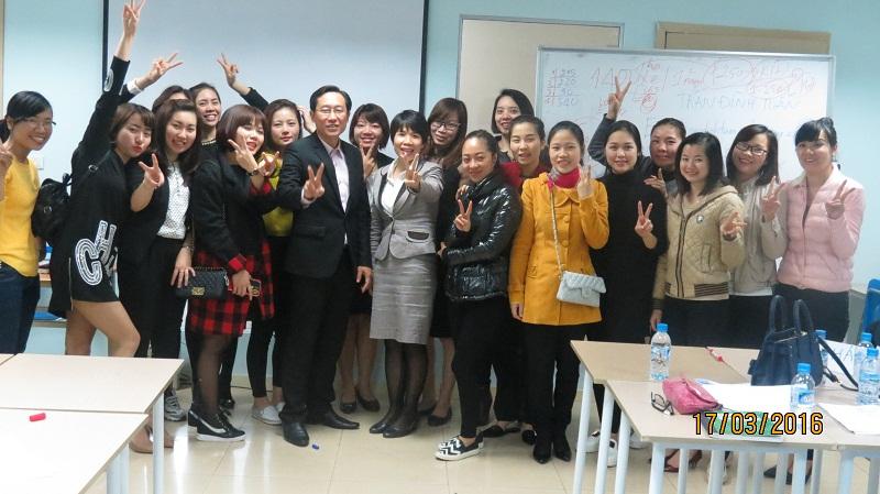 dao tao phuc vu khach hang cho junhee 14 Thẩm mỹ Junhee nâng cao kỹ năng tiếp cận khách hàng
