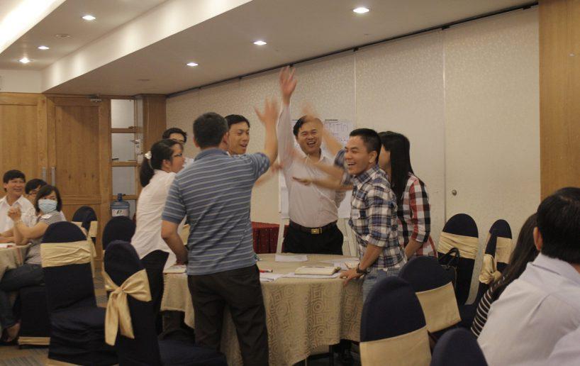 hinh anh bidv lam viec nhom 1 818x516 Đào tạo cho BIDV Hồ Chí Minh: Kỹ năng truyền lửa và tạo động lực cho nhân viên